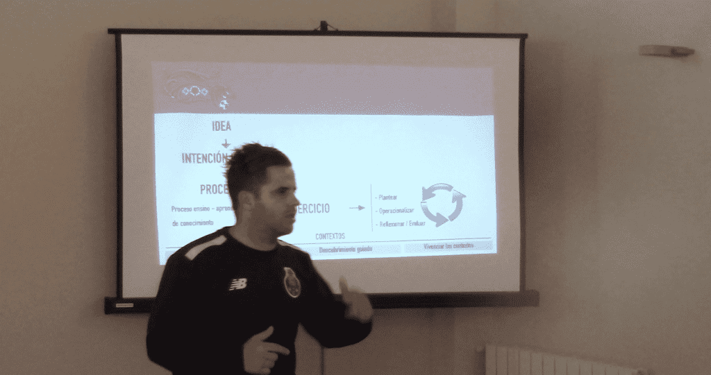 Coordinador de FC Porto impartiendo coaching clinic