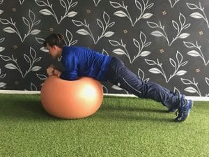 Plancha frontal sobre fitball