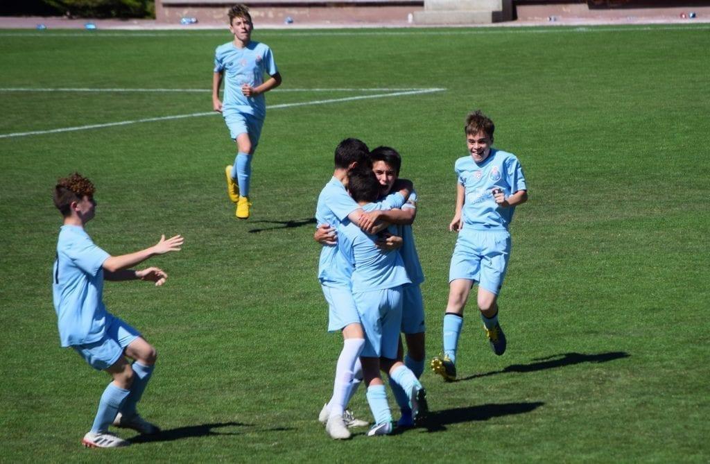 Infantil A celebrando gol en Academia Internacional de Futbol