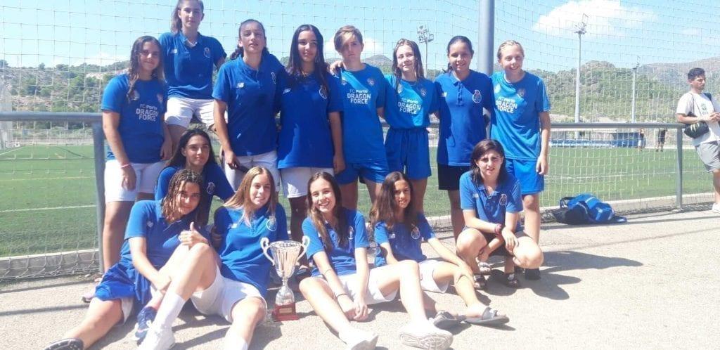 Jugadoras de futbol femenino en torneo de futbol femenino en España