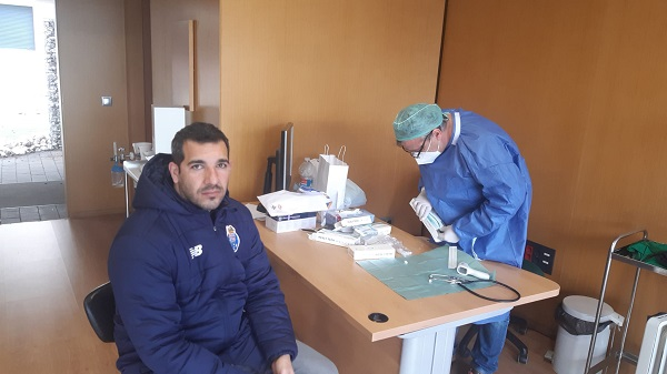 Trainer macht Covid Test